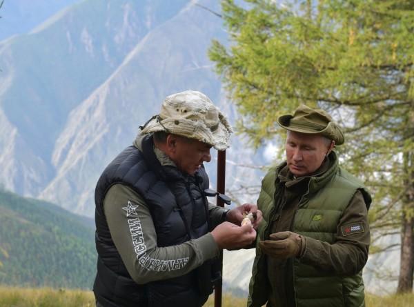 Путин и Шойгу в тайге собирали грибы и любовались Енисеем (ФОТО)