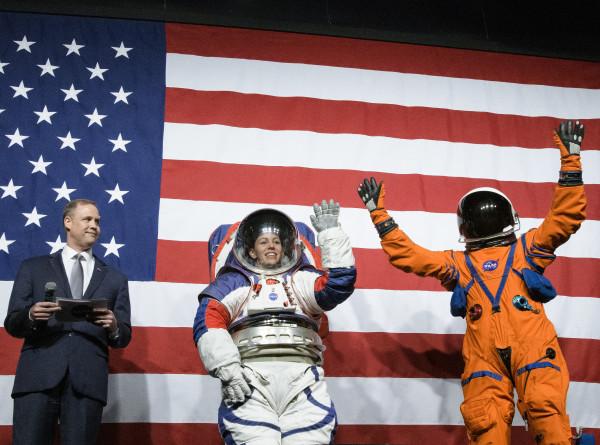 NASA показало скафандры, в которых астронавты полетят на Луну