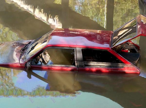 В Алматы прорвало трубу отопления: водители спасались на крышах машин