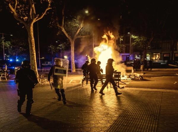 Протестующие в Барселоне забросали полицейских туалетной бумагой