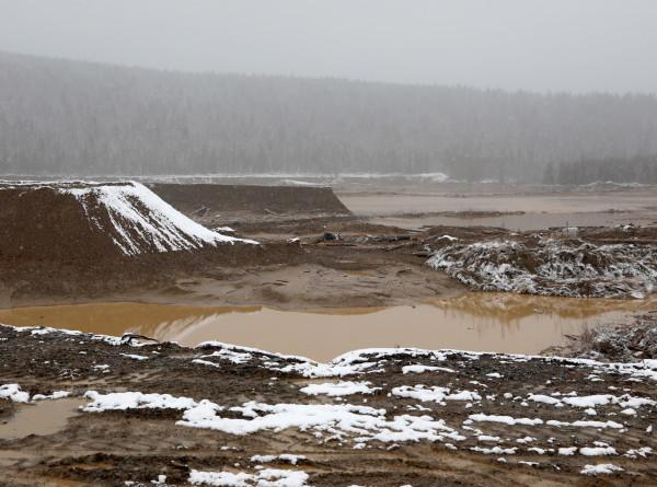 На месте прорыва дамбы в Красноярском крае нашли металлический сейф