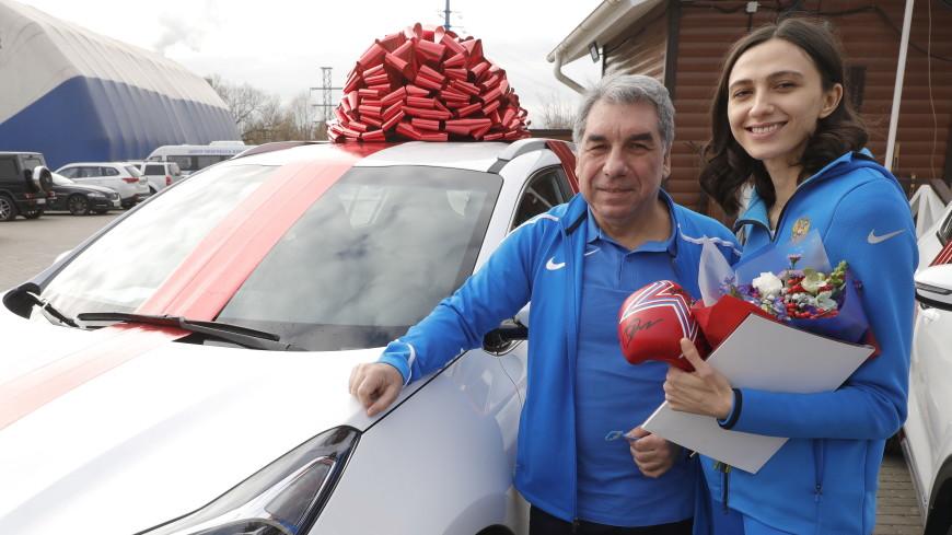 Ласицкене подарила автомобиль от Федерации бокса России своему тренеру