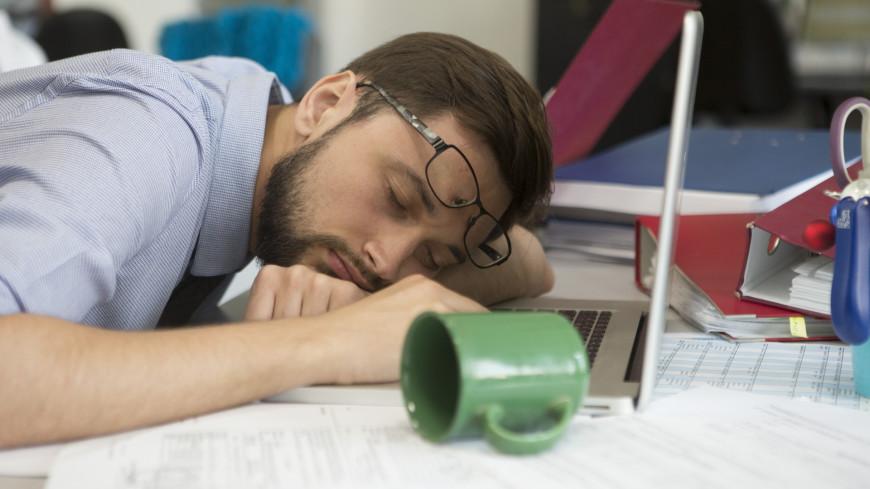 Найдена связь между недостатком сна и перееданием