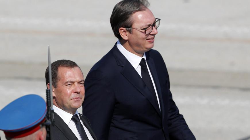Медведев и Вучич приняли участие в параде в честь 75-летия освобождения Белграда