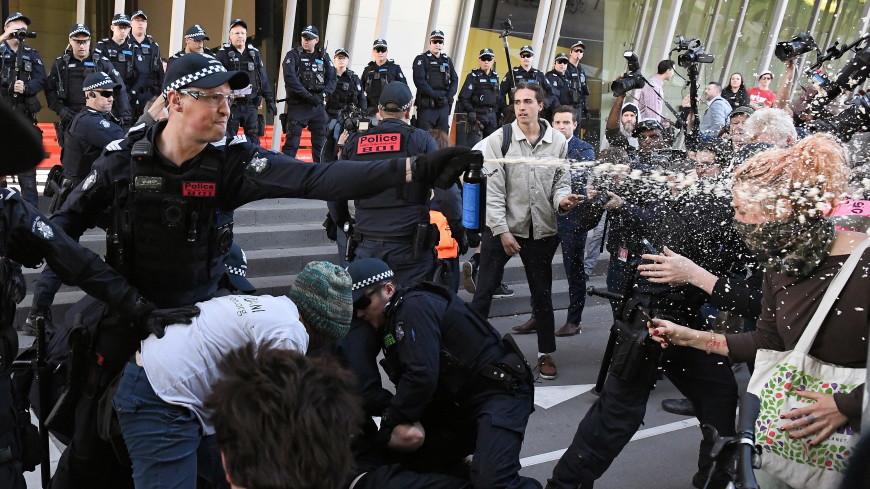Полиция задержала 12 экоактивистов во время протеста в Мельбурне