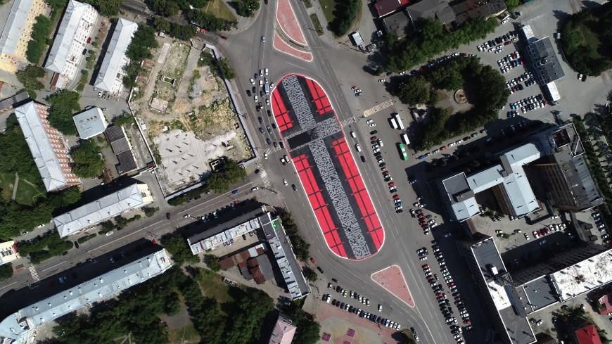 Покрас Лампас восстановил свой «Супрематический крест» в Екатеринбурге