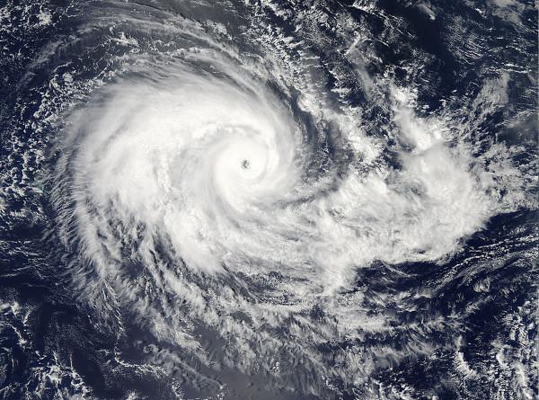Идущий на Бермуды ураган «Умберто» набирает силу