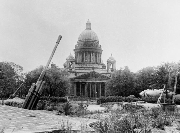Искусство в блокаде: как ленинградцы слушали стихи, ходили в театры и спасали шедевры