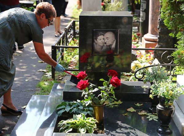 На Новодевичьем кладбище в Москве открыли памятник Владимиру Этушу