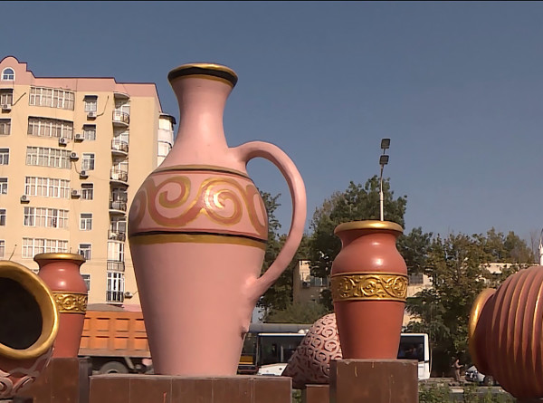 Огромные пиалы и кувшины украсили улицы Душанбе