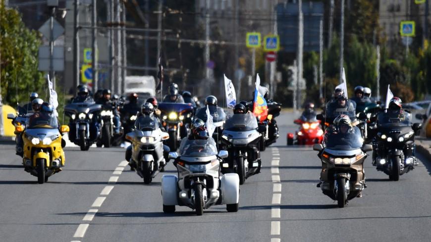 Рев байков и клубы дыма: участники московского мотопарада проехали по Садовому кольцу