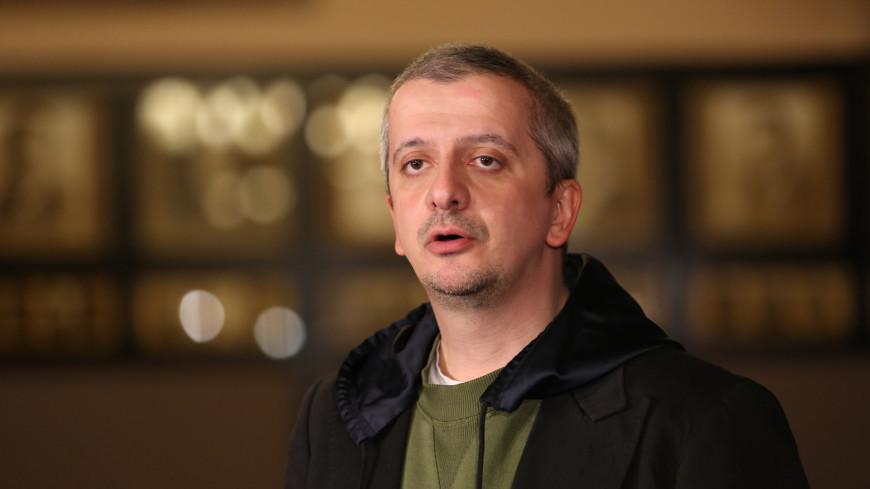 Москвичи несут цветы к МХТ в память об Олеге Табакове