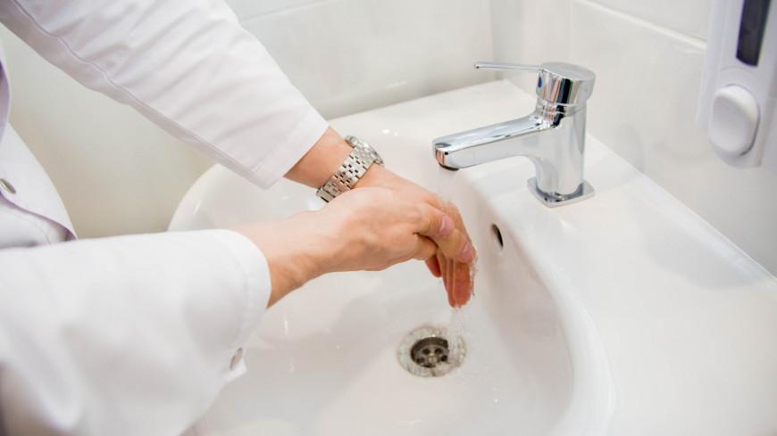 """Фото: Дмитрий Белицкий (МТРК «Мир») """"«Мир 24»"""":http://mir24.tv/, часы, больница, врач, врачи, обследование, доктор, лаборатория, медицина, медицинская помощь, болезнь, раковина, мытье рук, руки"""