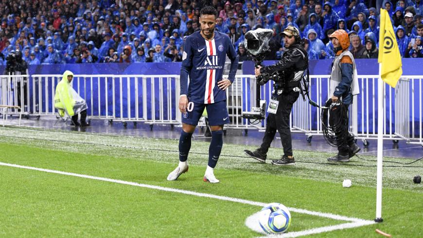 Неймар принес победу ПСЖ в матче с «Лионом», фанаты закидали его мусором
