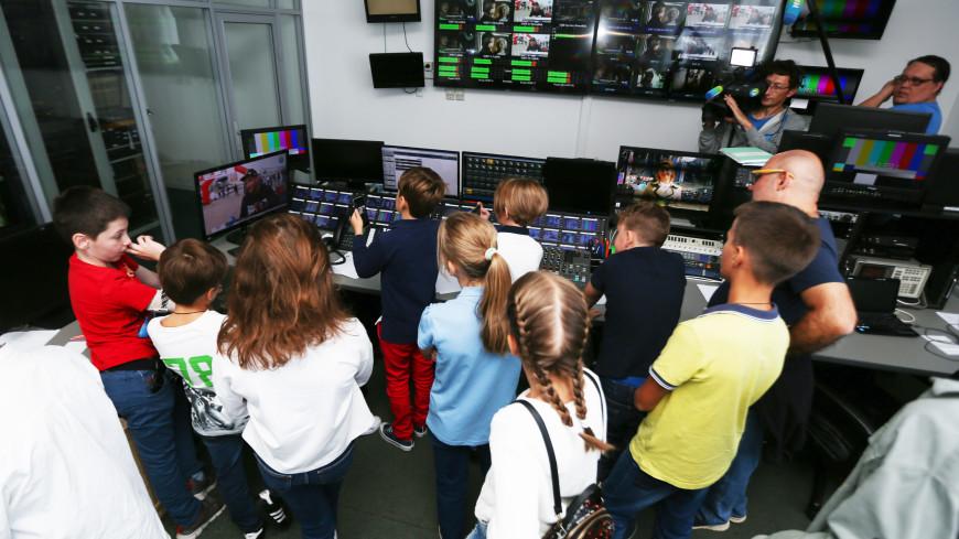 «МИР» за кадром: телеканал провел экскурсию для школьников