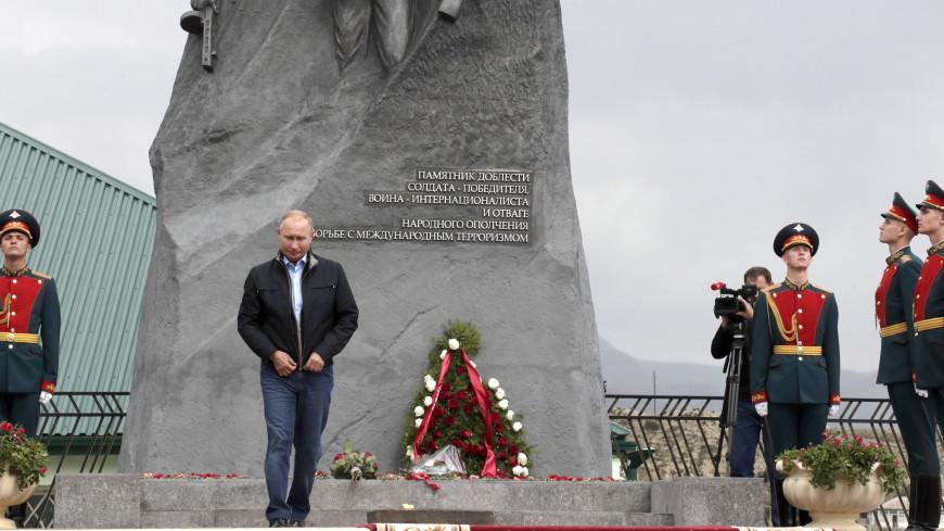 Путин возложил цветы к мемориалу в Ботлихском районе Дагестана