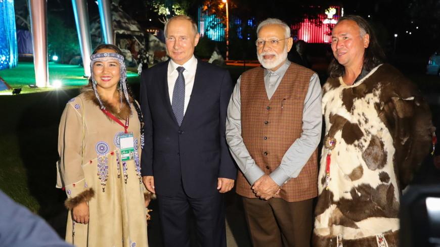 Путину и Моди на ВЭФ подарили нефритовые четки и амулет на счастье