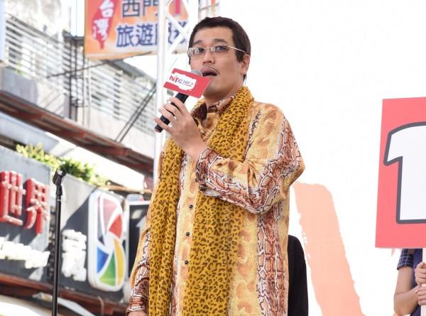 Японский комик Пико Таро спел самую короткую песню про коронавирус