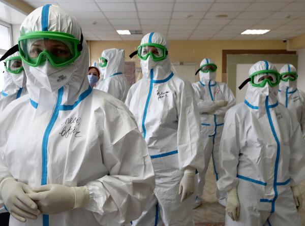 Наши герои: в СНГ врачей, борющихся с COVID-19, поддерживают акциями и флешмобами