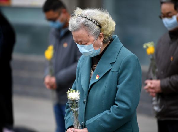 В Китае почтили минутой молчания память жертв коронавируса