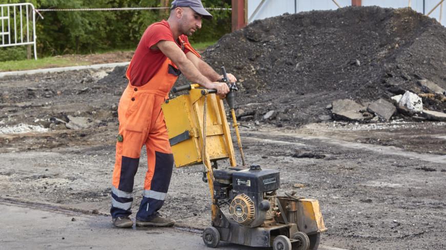 Укладка плитки,рабочий, ремонт, плитка, тротуар, дорожные работы, ,рабочий, ремонт, плитка, тротуар, дорожные работы,