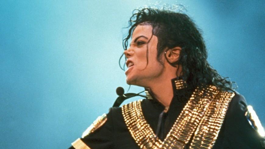 Знаменитую белую перчатку Майкла Джексона продали на аукционе в США