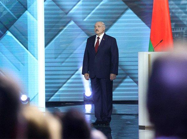 Лукашенко: Все реформы должны начинаться с Конституции