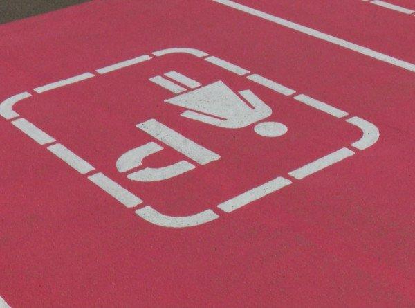 Парковка для дам: розовая разметка у ТЦ в Казани вызвала споры