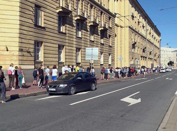В Петербурге очередь желающих проголосовать на выборах президента Беларуси растянулась до конца улицы