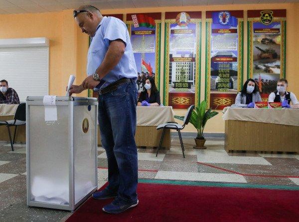 Выборы с национальным колоритом: живущие в сельской глубинке белорусы смогли проголосовать дома