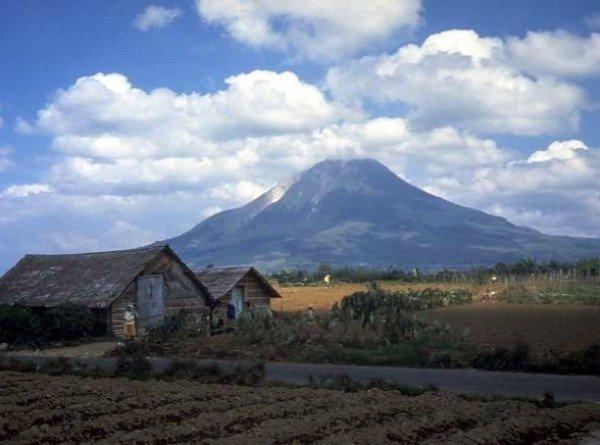 Мощное извержение вулкана Синабунг в Индонезии сняли на видео