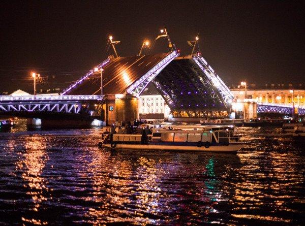 Дворцовый мост в Петербурге развели под арию из оперы «Кармен»