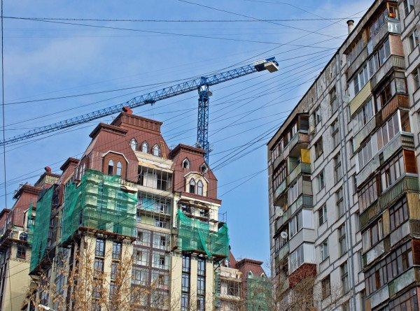 Калининградец из зависти сбросил с балкона на авто соседа строительный мусор