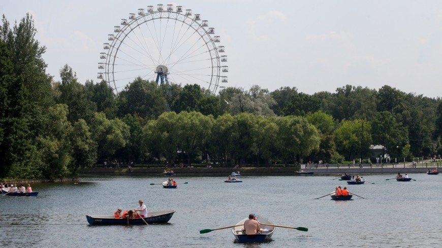 В Москве застряло колесо обозрения с людьми