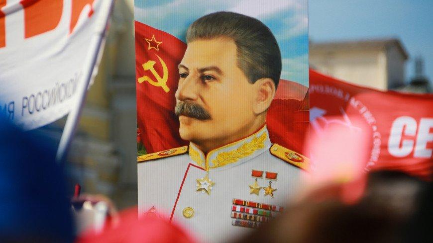 политика, партия, митинг, народ, единство, член партии, толпа, лозунги, собрание, демонстрация, шествие, движение, сборище, политическая партия, кпрф, Коммунисти́ческая па́ртия Росси́йской Федера́ции, зюганов, геннадий зюганов, сталин, иосиф сталин