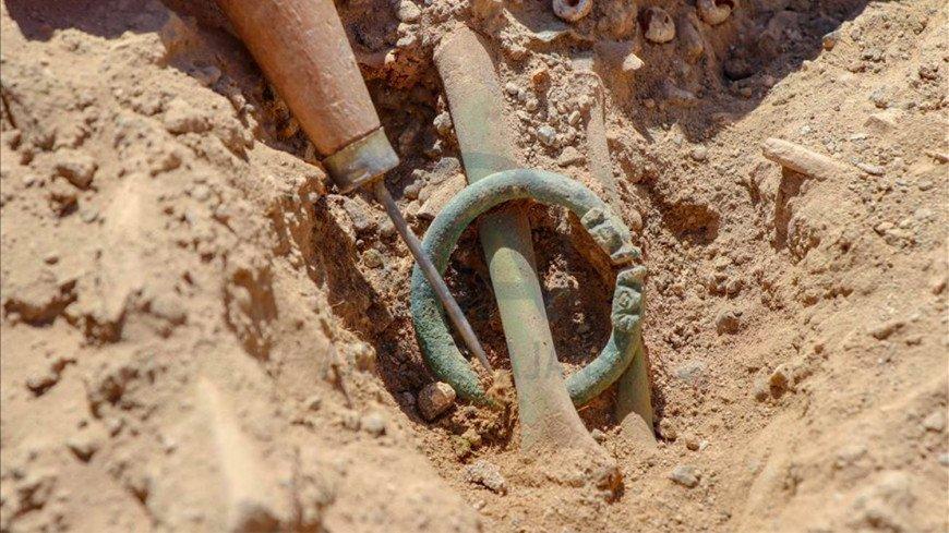 В Турции обнаружили древнее захоронение с браслетами-драконами