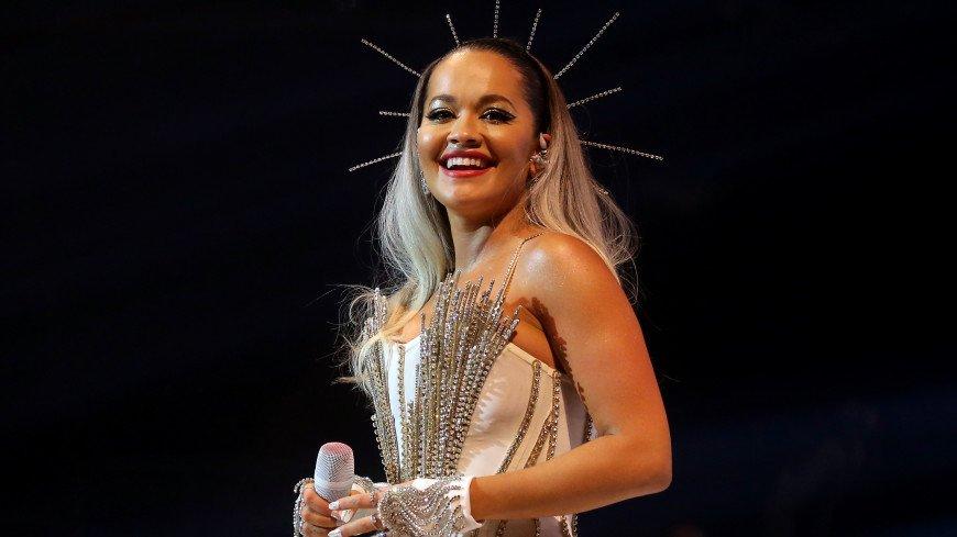 «Просто огонь»: певица Рита Ора восхитила подписчиков открытым платьем