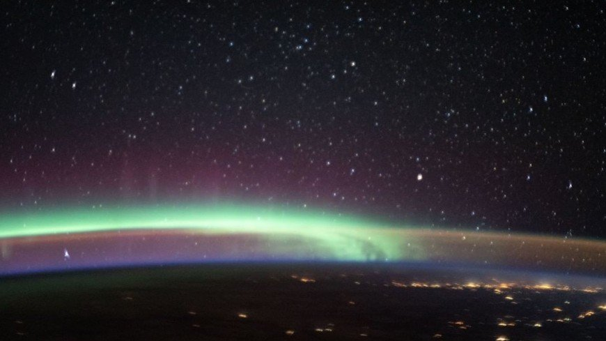В небе одновременно зафиксировали северное сияние и свечение (ФОТО)