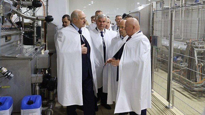 Лукашенко: Путин на своей семье испытал вакцину от коронавируса – ей можно доверять