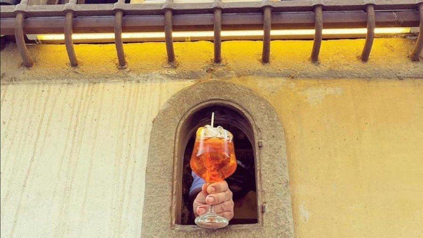 В Италии начали продавать напитки через «винные окна»