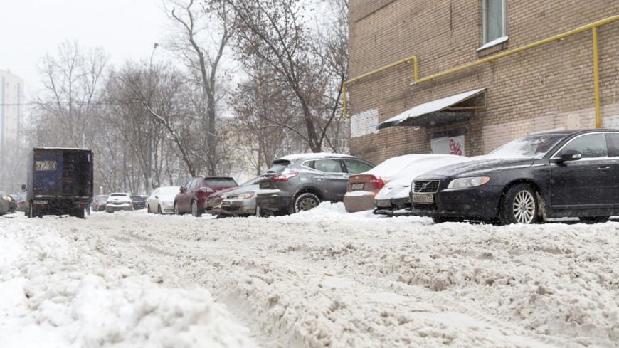 """Фото: Максим Кулачков, """"«Мир 24»"""":http://mir24.tv/, дорога в снегу, зима, заснеженная москва, снегопад, снег, метель, снежный город, сугробы"""