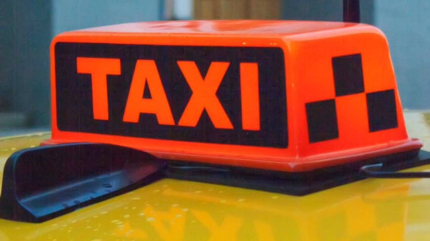 В Тюмени таксист протаранил остановку с людьми