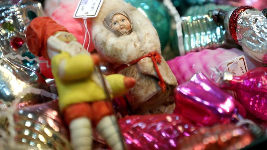 «Выросли на стеклянных и живы до сих пор»: почему спрос на советские елочные игрушки растет?