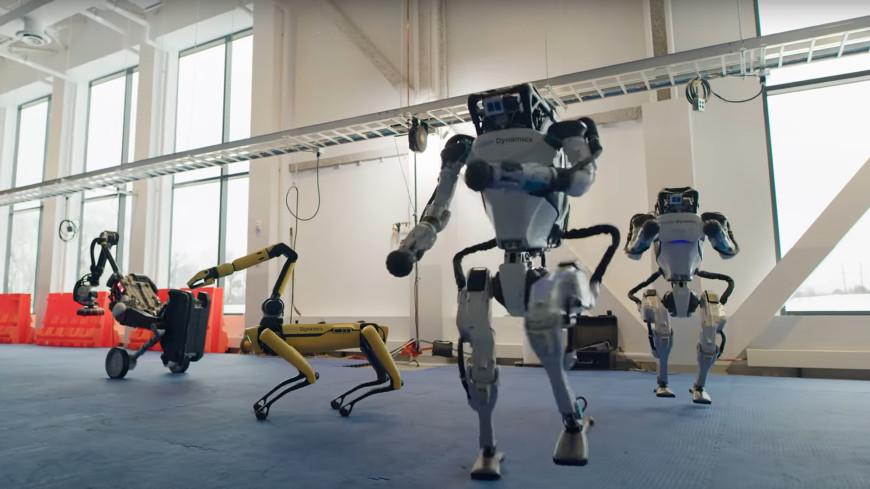 Корпоратив будущего: четыре робота устроили новогодние танцы (ВИДЕО)