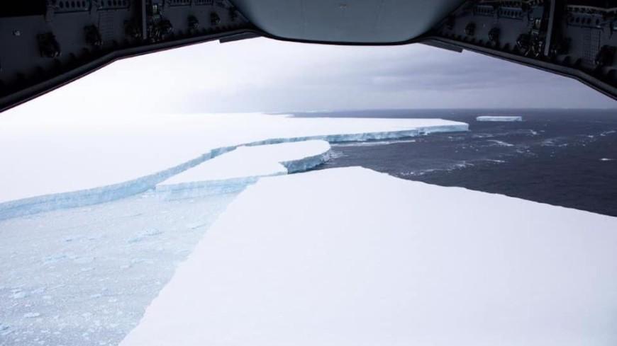 Британские пилоты сняли самый гигантский айсберг в мире (ФОТО)