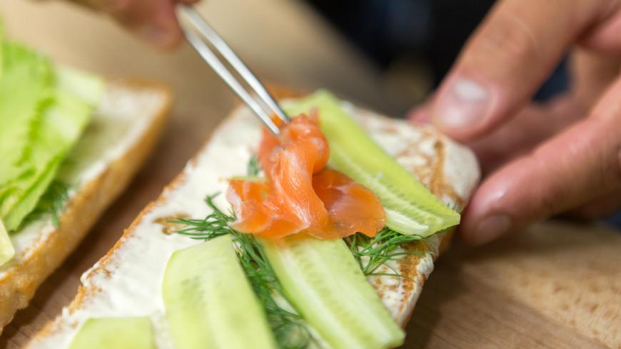 """Фото: Алан Кациев (МТРК «Мир») """"«Мир 24»"""":http://mir24.tv/, рыба, еда, сэндвич, булка, выпечка, хлеб, хлебобулочные изделия"""