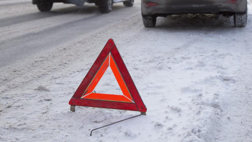 На трассе в Свердловской области автомобиль вылетел с моста и упал в реку