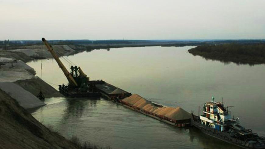 Два человека погибли из-за падения крана в реку в Самарской области