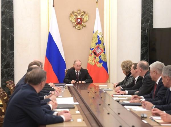 Путин обсудил с членами Совбеза ситуацию в Идлибе