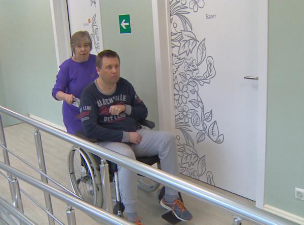 Нужна помощь: Алексей Арбузов третий раз в жизни учится сидеть, стоять и ходить